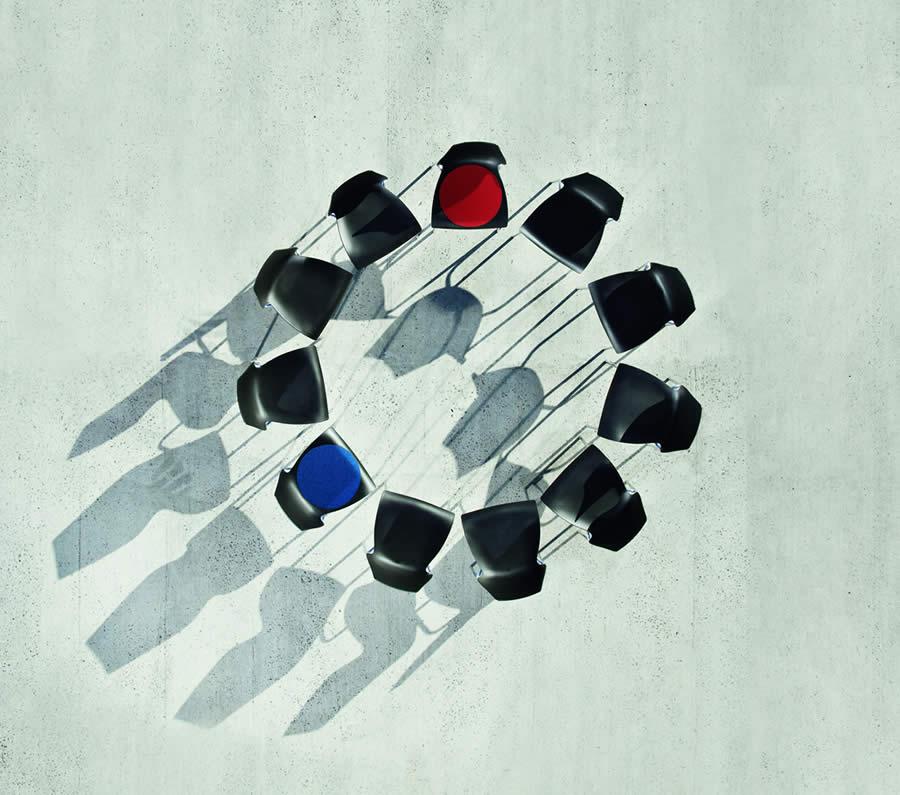 Bild: Leerer Stuhlkreis von oben