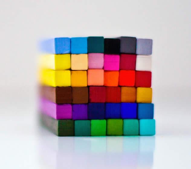 Bild: Würfel aus bunten Einzelteilen bestehend