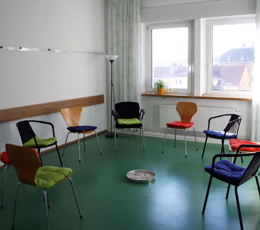 Bild: Raum mit Stuhlkreis