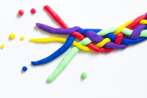 Bild: bunte Knetmassefäden bilden zusammen einen Zopf