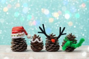 Bild: Tannenzapfen mit Weihnachtsdeko
