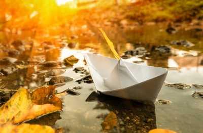 Bild: Papierboot fährt auf Wasser