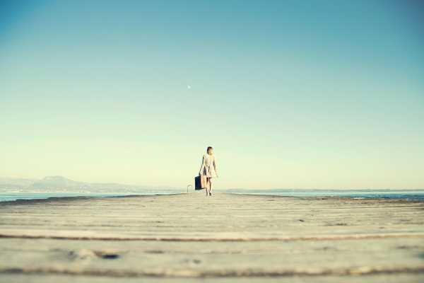 Bild: Mädchen läuft auf Steg