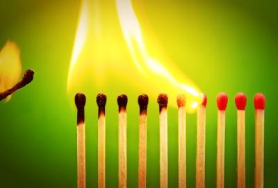 Bild: Brennende Reihe von Streichhölzern als Symbol für Gruppengründung