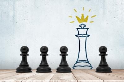 Bild: Schachfiguren im Schatten des Königs