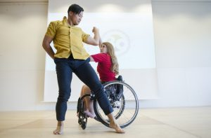 Bild: Tänzer und Tänzerin im Rollstuhl