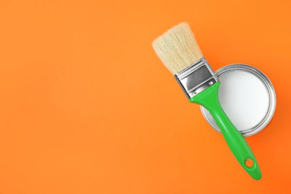 Bild: Pinsel und Dose mit weißer Farbe