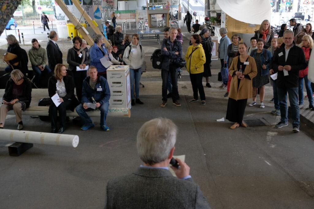 Bild: Begrüßungsansprache Mann mit Mikrofon