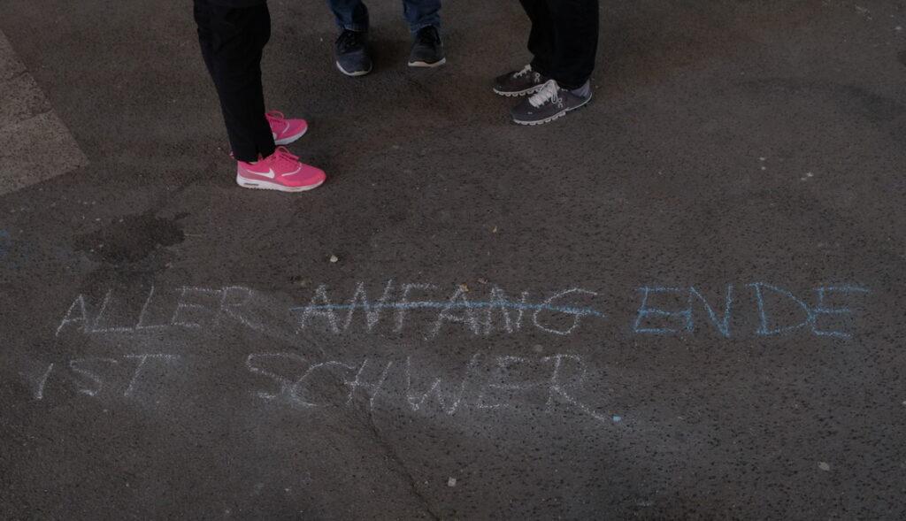 Bild: mit Straßenkreide geschriebenes Strichwort