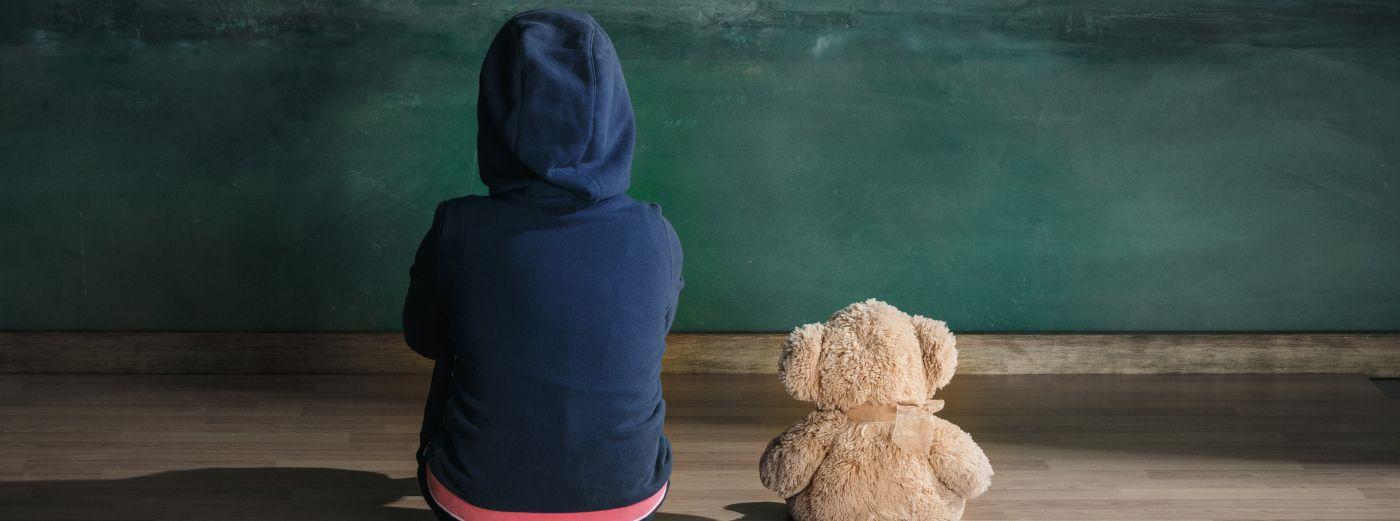 Bild: Banner Kind und Teddy drehen uns Rücken zu