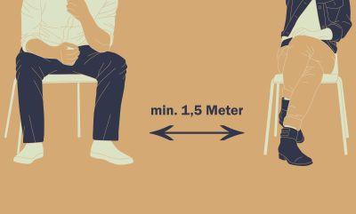 Menschen sitzen auf Stühlen mit 1,5 Meter Abstand zueinander